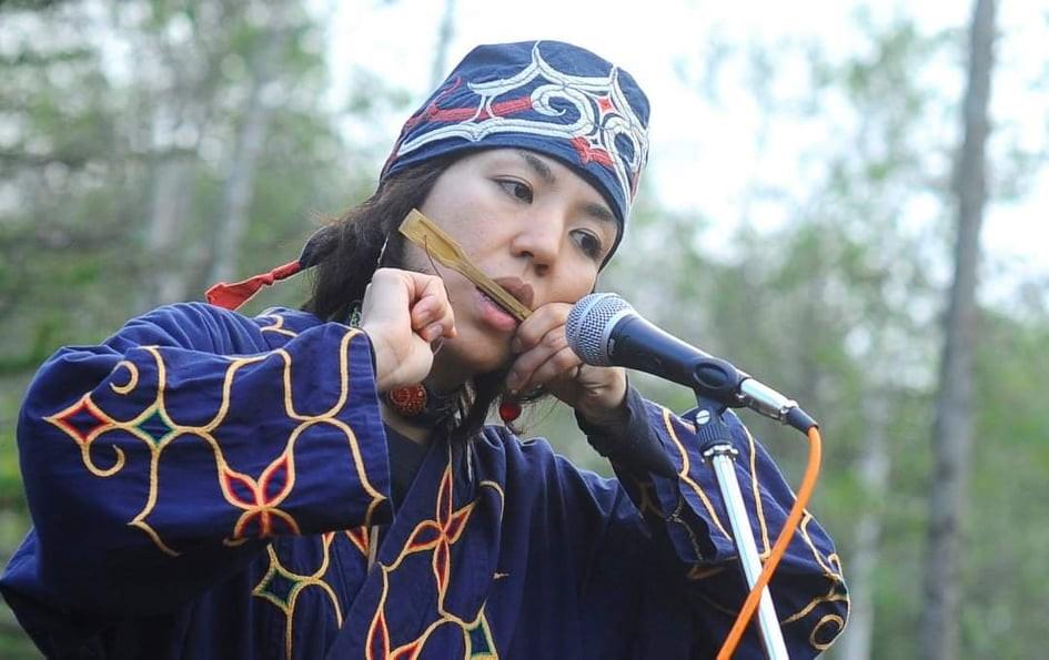Culture is an important factor for tracing the population history. Utae Ehara playing the mukkuri. (© Utae Ehara)